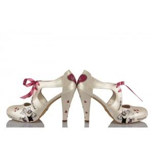 Kucakta Gelin Damat Kurdeleli Tasarım Gelinlik Ayakkabı